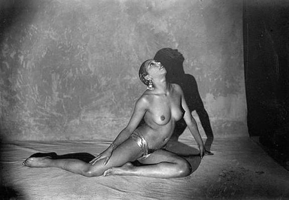 nakne mennesker lettkledde jenter