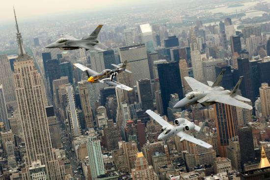 Fra venstre mot høyre: F-16 Fighting Falcon, P-51D Mustang, A-10 Thunderbolt II og F-15 Eagle