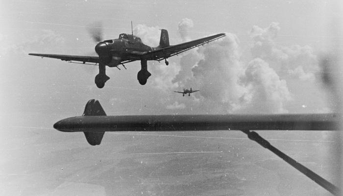 En stukaformasjon rundt 1940, fotografert av haleskytteren i lederflyet