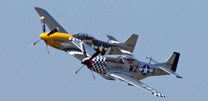 To restaurerte P-51'er i formasjonsflygning på et amerikansk airshow