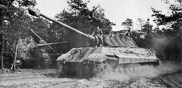 Tiger II i full fart et eller annet sted på vestfronten høsten 1944