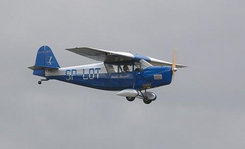 Replikaen flyr i fargene til det opprinnelige flyet SP-LOT som ble operert av det polske nasjonale flyselskapet, LOT.