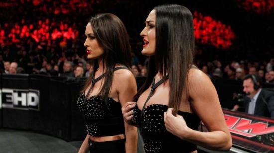 """Bellaene er nå et levende """"før og etter"""" eksempel på plastikkirurgi. Fascinerende. (WWE)"""