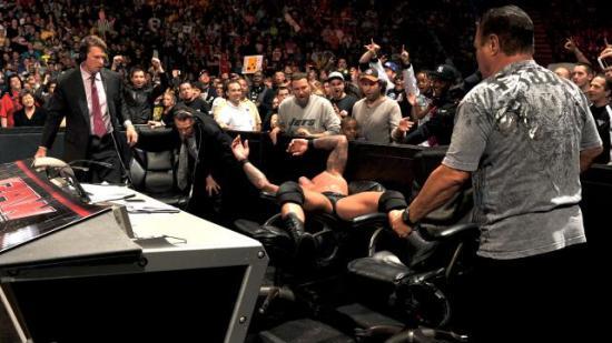 Slik oppførsel blir rett og seltt for mye for Randy, så han må legge seg nedpå litt. (WWE)