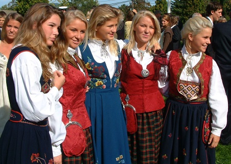 Bunad (Norsk flertall: Bunader) er en norsk samlebetegnelse som omfatter, i videste forstand, et utvalg av både tradisjonelle rurale klær (hovedsakelig dateres til det 19. og 18. århundre) samt moderne 20. århundre folkedrakter. I sin snever forstand ordet bunad refererer bare til klær designet tidlig i det 20. århundre som er løst basert på tradisjonelle kostymer. Ordet bunad i seg selv er en 20. århundre oppfinnelse. (Fra Wikipedia)