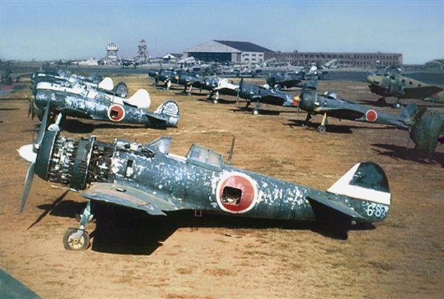 Japanske Ki-43 og Ki-84 fly fotografert rett etter krigen. Legg merke til hvordan lakken har blitt slitt av. (Wikipedia)