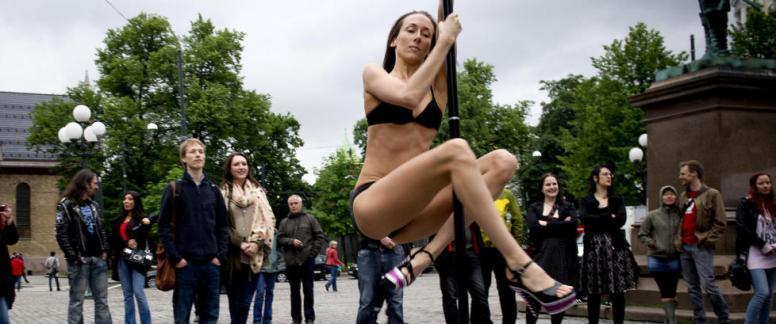 Grostad har holdt en høyprofil tidligere og, som her når hun poledancer mot en Ottar-demo mot strippeklubber (Foto Øistein Norum Monsen / Dagbladet)