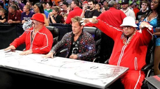 Man benker seg foran fjernsynet for å se hva RAW har å by på. (WWE)