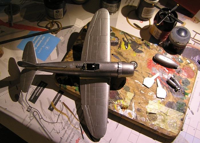 Apropos P-47D'en så er har den fått første strøket med aluminiumsmaling, og det er stort sett smådetaljer som understell og cockpithette, pitotrør og lignende som står igjen.