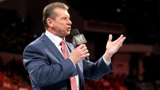 Dere må unnskylde svigersønnen min,  han har ikke vært seg selv etter at han klippet av seg hestehalen... (WWE)
