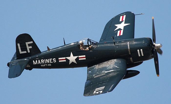 En restaurert F4U i fargene de ville båret under Koreakrigen.