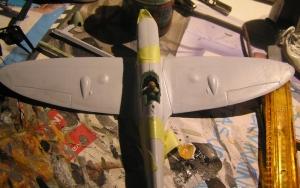 Vingene kommer på og flyet tar form,  legg merke til glippet mellom vinger og flykropp