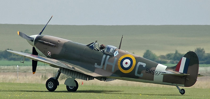 """En restaurert og flyvedyktig Spitfire Mk Vb (BM597 ) fra Duxford Historic Collection i fargene til 317. (Polish) """"Wileński"""" Squadron. (Wikipedia)"""
