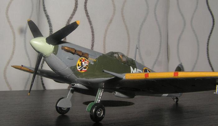 De gule vingekantene var ikke representert med dekaler, så frem med penselen!