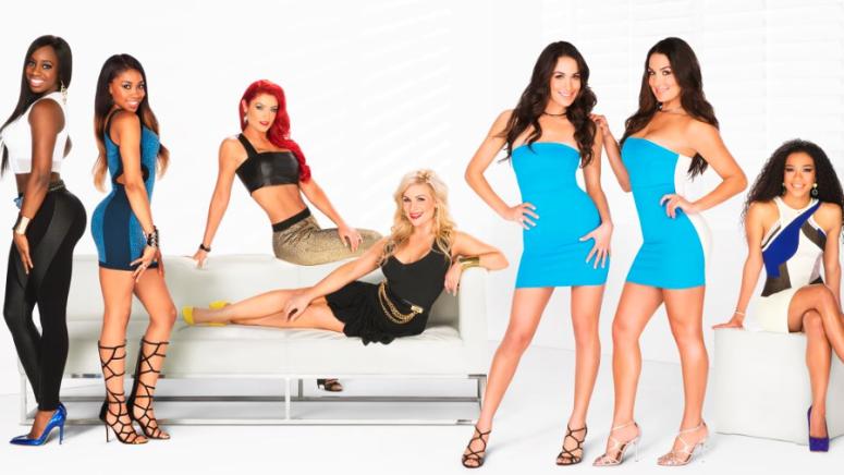 Totaly Divas  Fra venstre: Naomi, Cameron, Eva Marie, Natalya, Brie & Nikki Bella, JoJo Offerman (E! / WWE)