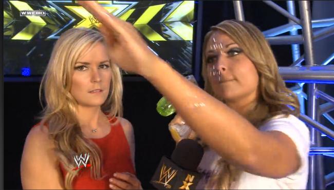 """Det er hyggelig å se at Renee Young ikke lenger bare viser sitt blide åsyn i NXT, men også på hovedshowene.  Selv om Emma mener hun er en """"silly little rabbit"""" (NXT)"""