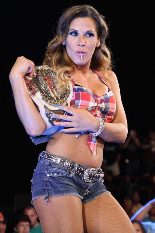 TNA har tapt seg, i motsetning til deres Knockout-champ Mickie James (TNA)