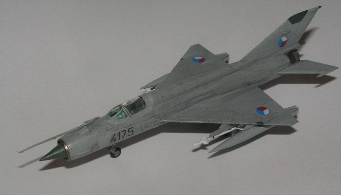 Cockpiten er forbausende detaljert, og selvsagt i den særegne turkise fargen russerne brukte på interiøret