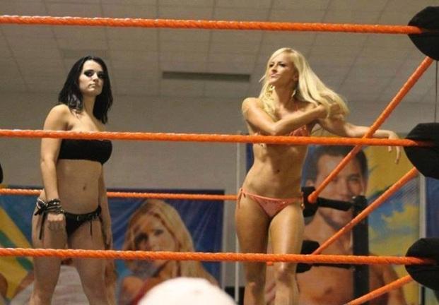 Apropos NXT: På et houseshow nylig beviste Paige og Summer Rae at de kan rocke bikinier som nobodies business! (Twitter)
