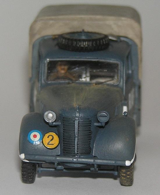 Siden dette kjøretøyet holder til på en aerodrom er det lite slitasje, bare en lett pudring med lyst støv.