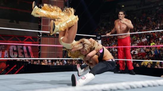 Khali virker som alltid like forundret over alt som hender rundt ham (WWE)