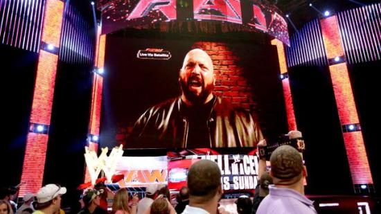 Ikke bare er WWEs stadionsikkerhet under en hver kritikk, en klossete og arbeidsløs kjempe klarer å hacke storskjermen deres på live-fjernsyn.  Heads must roll! (WWE)