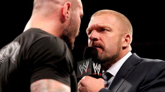 """HHH lot sjansen til en episk ad-lib gå fra seg når Orton besvarte spørsmålet """"Hvem tror du du snakker til"""" med å beskrive seg selv... (WWE)"""
