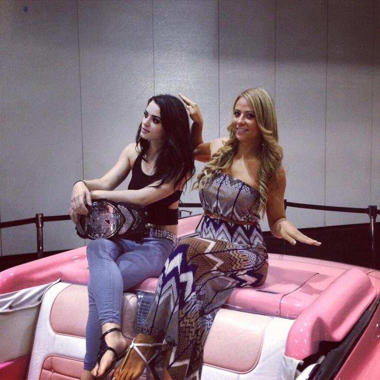 Paige og Emma på representasjonsoppdrag har funnet en jentefarget cabriolet å ta en pust i bakken på (Twitter)