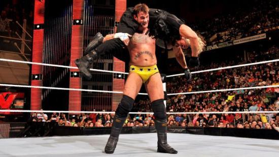 ..med strek under nesten. (WWE)