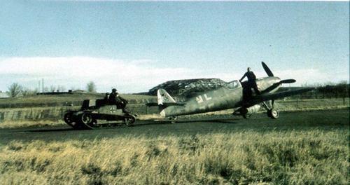 1:72 er en populær skala for flymodeller, og dette arkivbildet viser en TKS i tjeneste som trekkvogn på en tysk flyplass i 1944. Med andre ord muligheter for et attraktivt diorama. (Flyet er tilsynelatende en Bf109G-10)