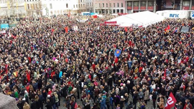 En usedvanlig tidlig vår og det at det var en  lørdag hjalp sikkert også på oppmøtet. Her Youngstorget i Oslo.  (Bilde: Kjetil Kvist via Facebook)