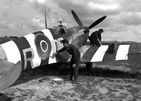 De ble nemlig malt for hånd i utgangspunktet på de fleste flyene!