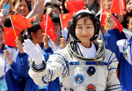 Astronaut? (Liu Wang, Kinas første kvinnelige astronaut) (Bilde: The Guardian)