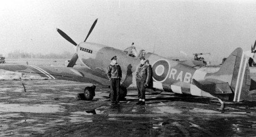 Berg foran flyet sitt, PV181, høsten 1944  (Bilde fra Nils Mathisruds samling)