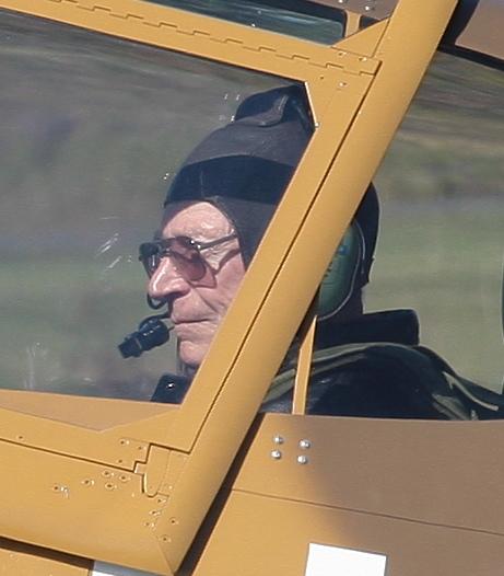 Edwards klr for take-off i cockpiten på en P-40 i 2009 (i en alder av 88år!)