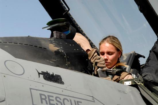 Jagerpilot? (Her representert ved Kaptein Caroline Jensen, USAF) (Staff Sgt. Joshua Garcia/U.S. Air Force Photo)