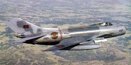 Et bilde av en MiG-19 med rakettbatterier montert.