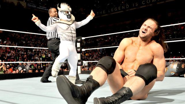Ja, det er en meksikansk dverg i oksekostyme som nettopp har stanget en skotte i nøttene,  hva ser det ut som? Wrestling er litt spesielt noen ganger. (WWE)