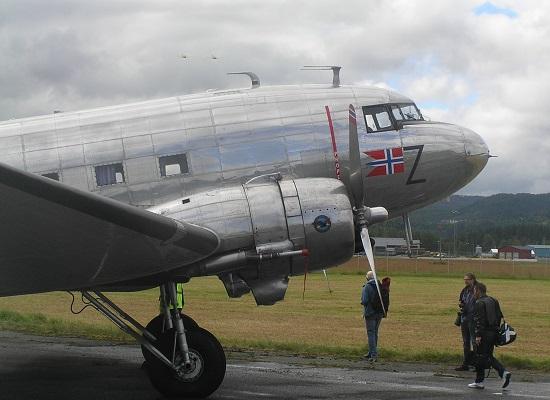 Dakotaen fløy stort sett hele dagen, men stadig nye passasjerer som fikk et overblikk over Værnes og omegn fra den 70 år gamle maskinen.