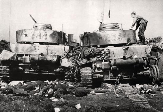 ToPanzer IV tilhørende 20. Pz.Div. ødelagt ved Bobrusk under Operasjon Bagration. (Wikipedia)