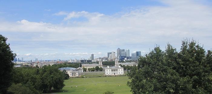 Queens House i Greenwich Park med London i bakgrunnen, fotografert fra stien ned fra Royal Observatory