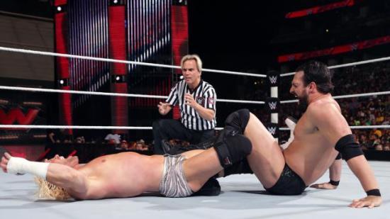 """Han vet for eksempel hvordan en """"Figure 4 Leglock"""" er ment å fungere... (WWE)"""