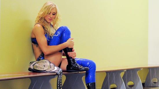 Charlotte i dyp konsentrasjon før hun skal i ringen på et house show. (WWE)