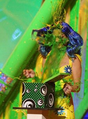 Vi kan vel dessuten slå fast at Dean Ambrose ser på Nickelodons Kid's Choice Awards,  som også har latt seg inspirere av YCDTOTs grønne slim.  Her Katy Perry i 2010. (nick.com)
