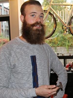 Og du kan da for faen ikke selge barbersaker og gå rundt med det kråkereiret i fjeset heller! (via NRK)