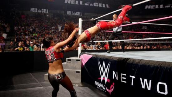 Etter at Bellaene beviste på HiaC at de både kan og vil wrestle når de får lov. (WWE)