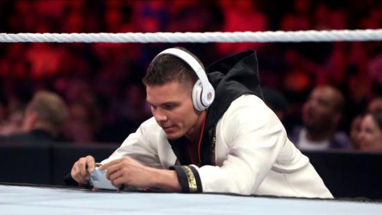 """Jeg ville bli hjemme og se noe på Netflix, kanskje bestille noe thai mat, åpne en flaske vin, men neida... """"Rosa skal wrestle på RAW, vi må vise vær støtte.""""  FML (WWE)"""