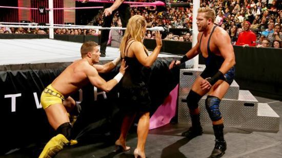 """""""Bak en hver suksessrik kvinne står en feig faen""""  eller noe sånn (WWE)"""