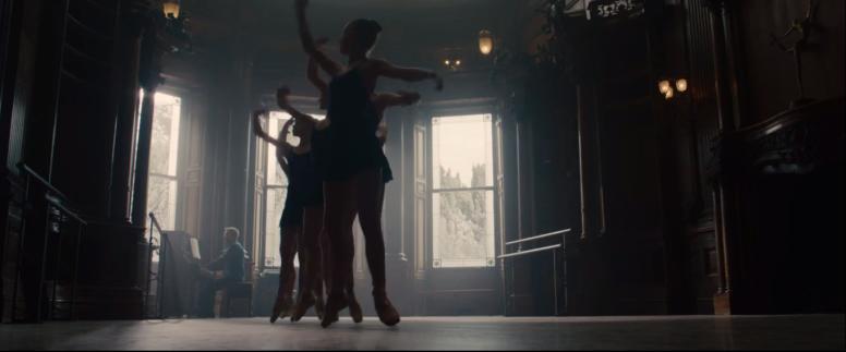 Hvem er mannen ved pianoet? Hvem er danserne?