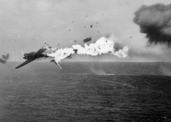 """Så tenner vi et lys i kveld, vi tenner det for glede."" En japansk torpedobomber går ned i flammer etter en fulltreffer med en 5-tommers granat fra hangarskipet USS Yorktown, på 25 oktober 1944.(Foto: Photographer's Mate, 1st Cl. Harry R. Watson/U.S. Coast Guard - Hentet frahttp://www.theatlantic.com/infocus/2011/09/world-war-ii-the-pacific-islands/100155/)"